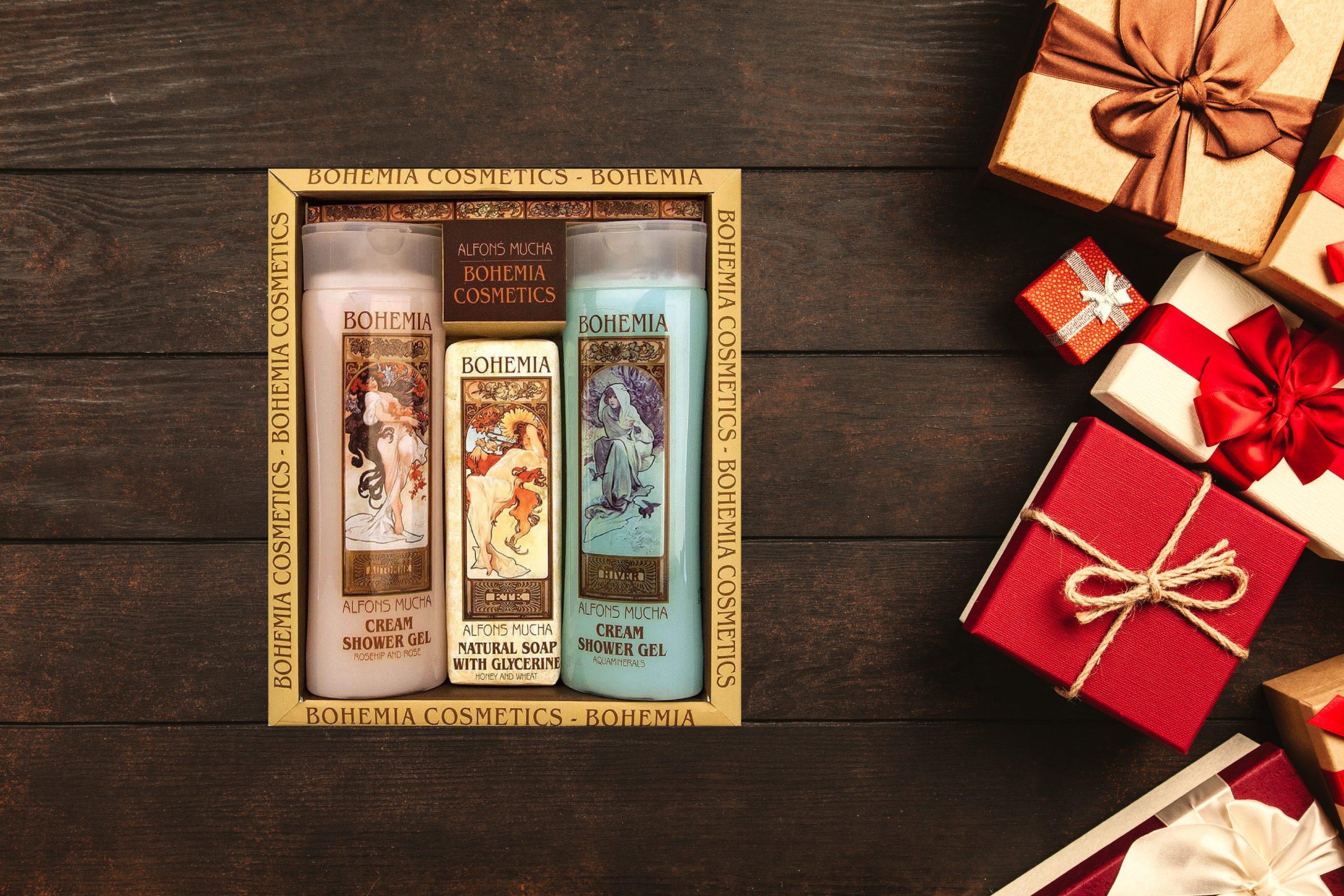 Dovanų dovana siūlo Alfonso Muchos darbų motyvais papuoštą kosmetikos dovanų rinkinį, kuriam neliks abejinga nei viena moteris!